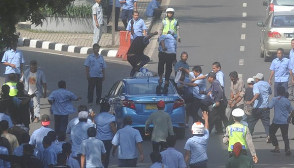 demo taksi di jakarta ricuh