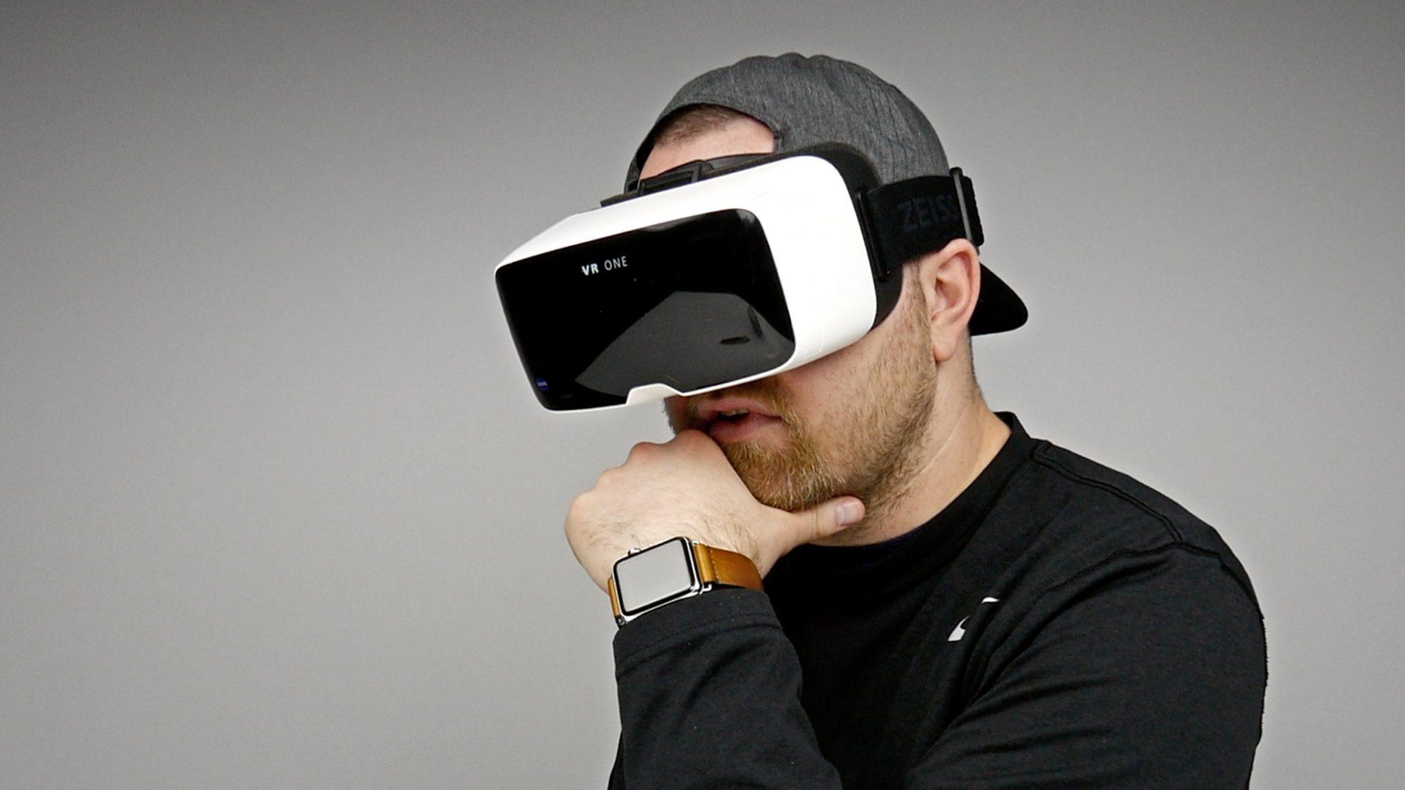 orang memakai virtual reality